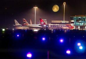 Mondaufgang über dem Flughafen Zürich