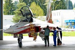 Patrouille Suisse Pilot übergibt den Tiger F5-E nach Flugshow an den Techniker.
