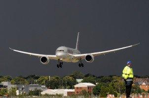 Brandneuer Qatar Boeing 787 Dreamliner landet in Farnborough England. Die Gewitterfront im Hintergrund ergibt einen tollen Kontrast.