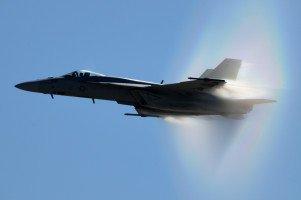 F/A-18E Super Hornet bei einem Flypast nahe der Schallgrenze in Miramar/San Diego. Schockwellen zufolge Kondensation sichtbar.