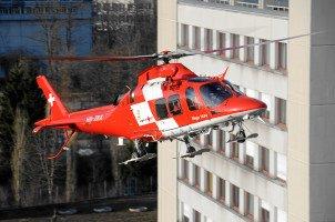 REGA Agusta Da Vinci landet beim Kantonsspital St.Gallen. Der Endanflug zwischen zwei Hochhäusern weckt respektvolle Begeisterung.