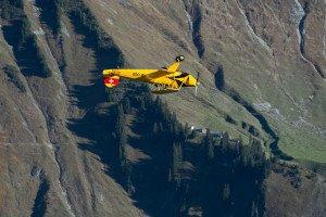 HB-UUD (Doflug Bü-131B Jungmann) im Scheitelpunkt einer Rolle