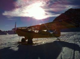 Stimmungsbild der Aviat Husky HB-KME auf dem Gletscher
