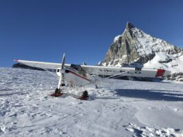 Gletscherflugzeug PA-18 HB-PLG nähe Matterhorn
